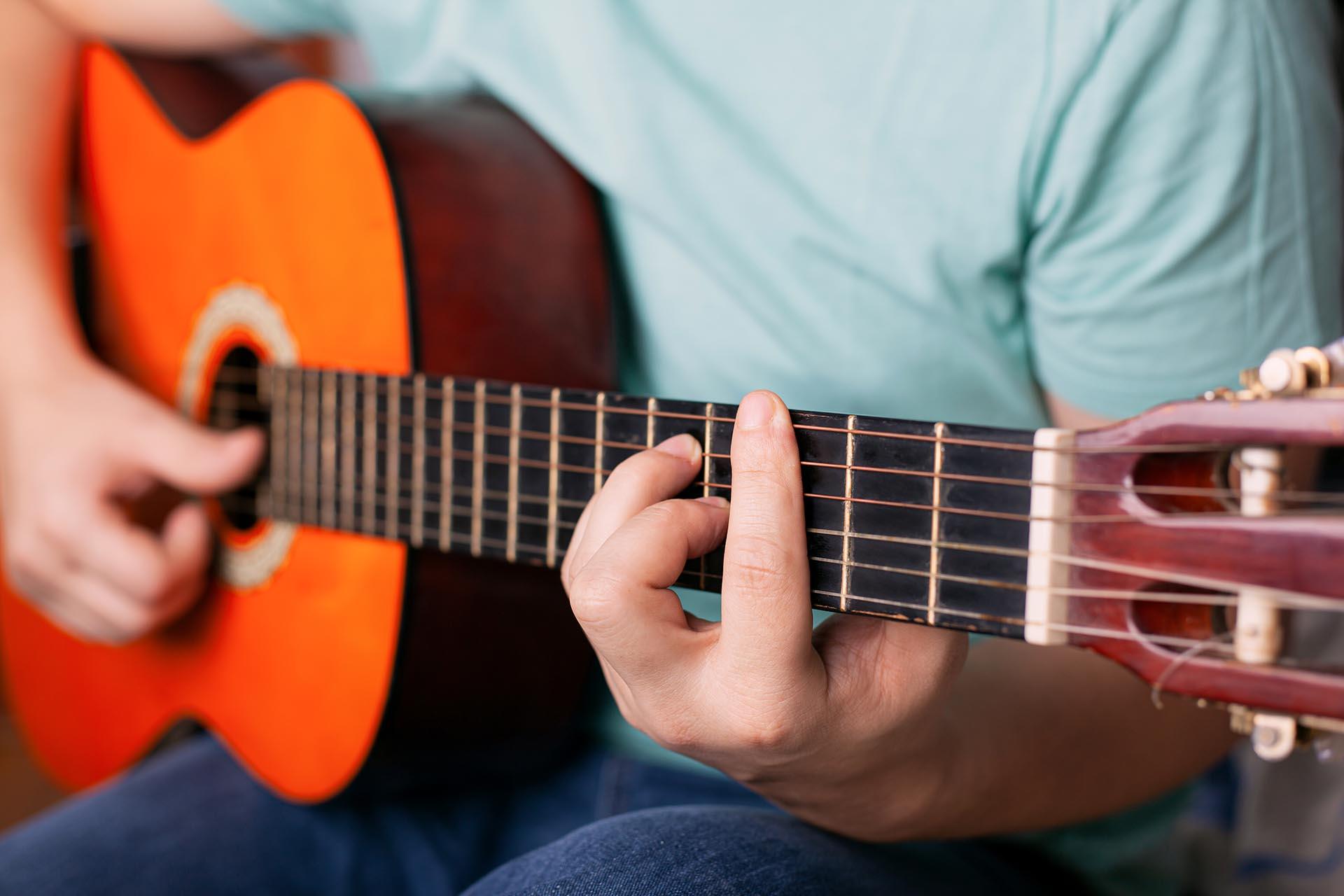10 mejores guitarristas españolas para aprender